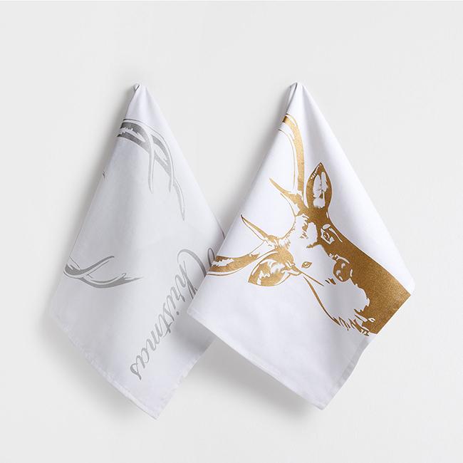 Idén télen is menőek a szarvasos cuccok. Az IKEA lábtörlővel is jelentkezik, de a legszebb a Zara Home ezüst-arany konyharuhája.