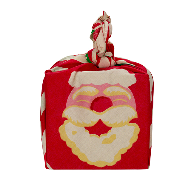 És íme egy remekül összeválogatott, kendővel átkötött Mikulás csomag a Lush-tól: FATHER CHRISTMAS ajándékcsomag. (Tartalma: Father Christmas fürdőbomba, Butterbear fürdőbomba, FUN Santa gyurmaszappan 200g, Santa's Belly tusfürdőzselé 100g.)
