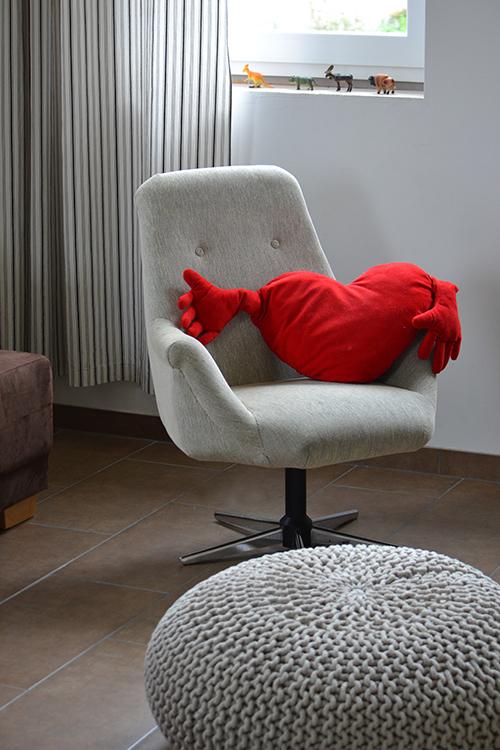 Horgolt puff és felújított retro fotel, ez is én vagyok, akárcsak a barna padló szürke fugával. (Fotó: Myreille)