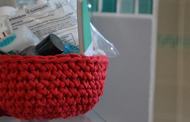 """A semleges háttér remek terepet ad a színes tárgyainknak, hogy jól érvényesüljenek, pl. a fürdőszobában a pólóból horgolt tároló. De színes a fiúk szobái is. A játszószoba, Zsombi kérésére, kék, <a href=""""https://www.moksha.hu/kreativ/sajat-keszitesu-falmatrica-a-gyerekszobaban/"""" target=""""_blank"""">az alvós szobában pedig ott a sárga Mustang</a>. (Fotó: Myreille)"""