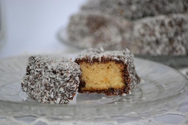 A tészta nem ázott át túlságosan, és a méztől különleges az íze és tökéletes a sűrűsége. A csokiban pedig érezni lehet a kakaó és a rum ízét is és mindkettőremekül harmonizál a kókusszal. Szóval tökéletes.