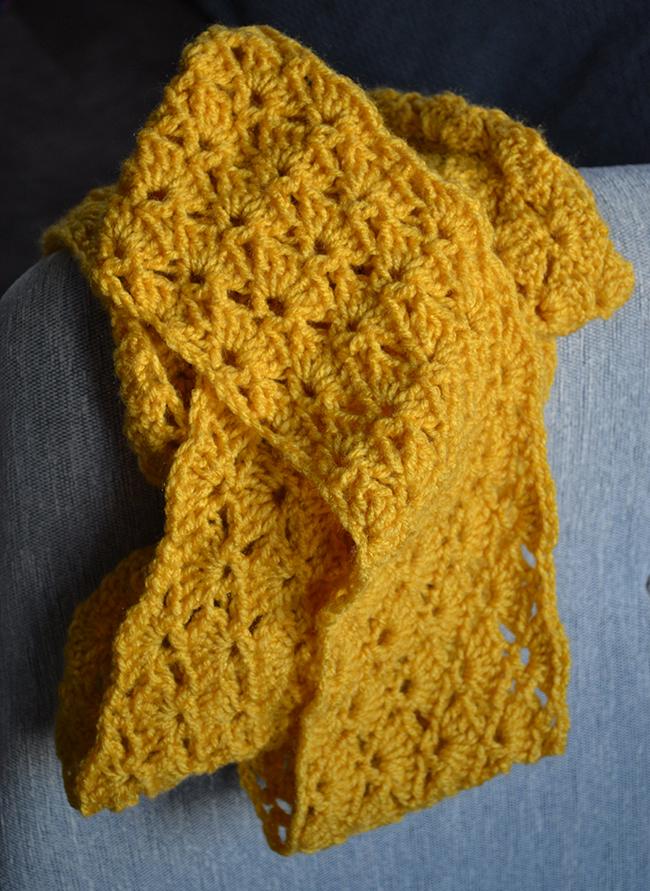 A legszebb sárga. Ugyanilyen mintával és méretben és ugyanilyen fonalból készült egy szürke sál is, de az már az óceán másik partján véd a hideg ellen. (fotó: Myreille)