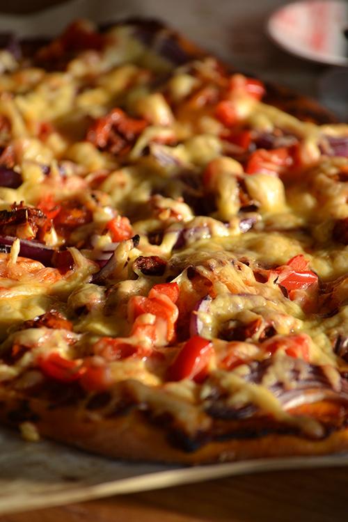 Ez a pizza azt az olaszországi délutánt juttatja eszembe, amikor az autóút mellett megálltunk egy helyen - neve sincs és a Google-n se találom már - és életünk legjobb pizzáját ettük. Vékony tészta, tökéletes feltét. (Fotó: Myreille)