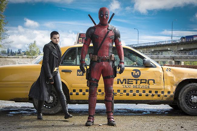 A nagyszájú Deadpool, aki pont olyan bőven ontja a poénokat, mint ellenfelei vérét, abban is különbözik a többi képregényhőstől, hogy őt nem elég nézni. Őt hallgatni kell.