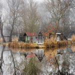 Sződliget: mesebeli horgásztó apró házakkal