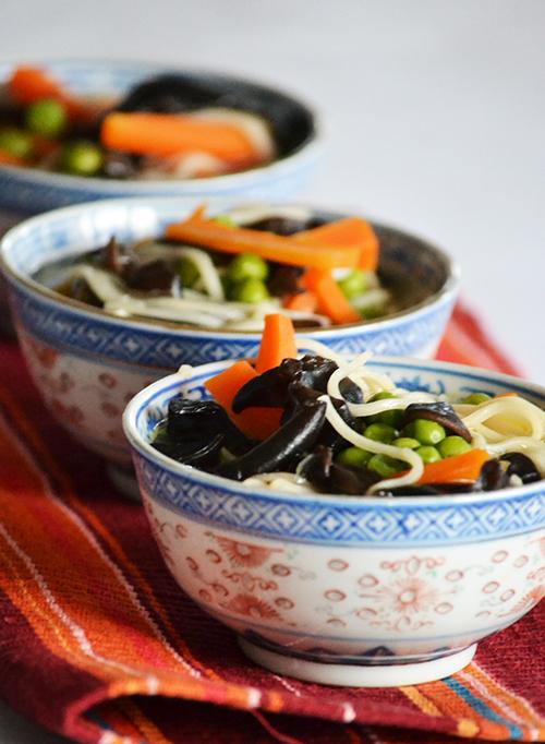 Fokhagymás-gyömbéres leves Júdásfülegombából (fafülgombából). (Fotó: Myreille)