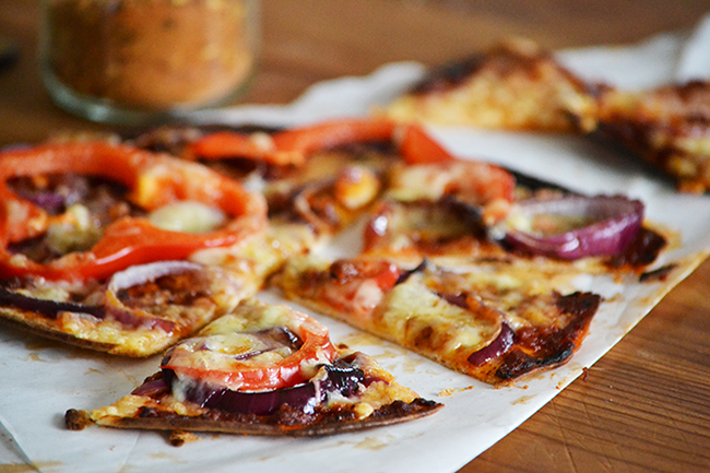 A megunhatatlan: piros pesto, kaliforninai paprika, hagyma, chili és sajt. Pizzán és tortilla pizzán is tökéletes. (Fotó: Myreille)