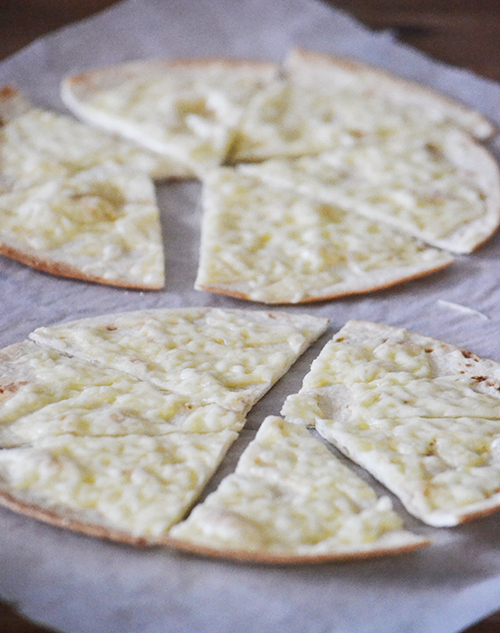 Fiaim kedvence és fáradt anyák megmentője a sajtos tortilla. A kész tortilla lapokat megszórom reszelt sajttal, majd sütőben addig sütöm, amíg a tészta széle megpirul a tetején pedig megolvad a sajt. (Fotó: Myreille)