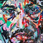 Kollázs: arcok papírból és festékből