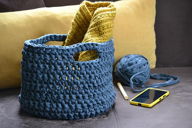 Kellett egy horgolt tároló az éppen készülő horgolásaimnak. (A képen mellesleg megtekinthető a kedvenc színem is, a sárga...) (Fotó: Myreille)