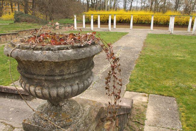 A rózsalugast és a süllyesztett teniszpályát később építették a kastély mellé/Dég - Fotó: Vidra