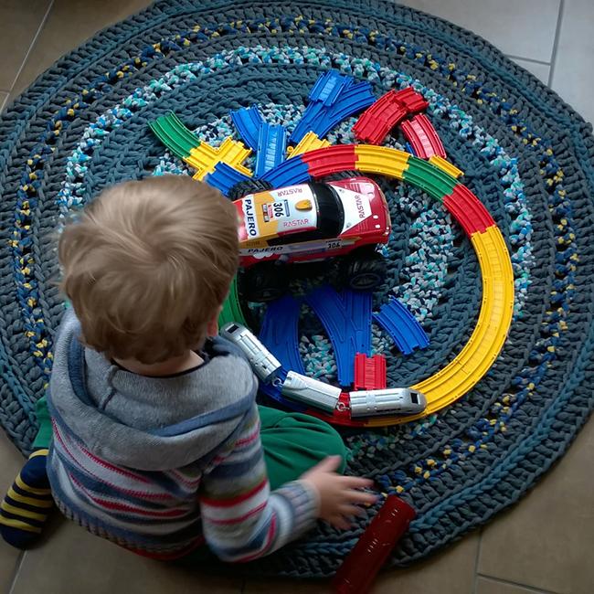 Dani területfoglalása, amikor éppen csak elkészült a szőnyeg. Éppen azt szemlélteti, hogy milyen sokféleképpen használható a szőnyeg.  (Fotó: Myreille)