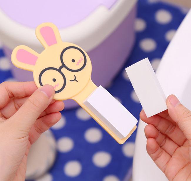 A wc-ülőke felhajtók használata egyszerű. A műanyag lapra - arccal felfelé - rá kell ragasztani a kétoldalú ragasztóval ellátott szivacsot...