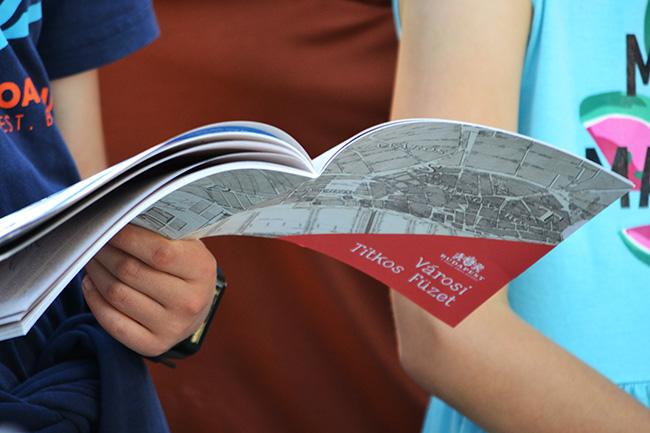 Az ingyenes Városi Titkos Füzetet mind tartalmi, mind arculati szempontból családok számára tervezte közösen a BVA Budapesti Városarculati Nonprofit Kft. és a Deák17 Gyermek és Ifjúsági Művészeti Galéria. (Fotó: Myreille)