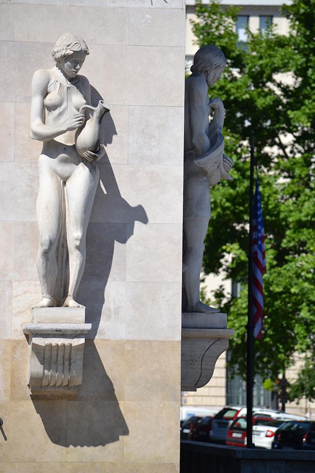 Az egykori Adria Biztosító székháza, később a Le Meridien Hotel, most éppen Ritz-Carlton szobrai. Az épületen 9 szobor látható, mindegyik kezében egy-egy tárgy, amelyek azt jelképezték, milyen károk és balesetek ellen lehetett biztosítást kötni a társaságnál. (Fotó: Myreille)