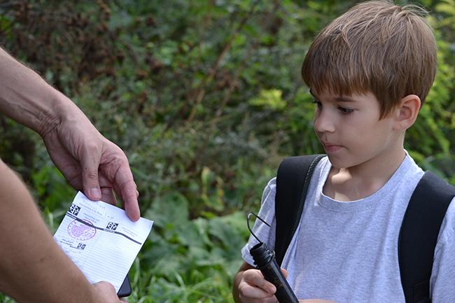 Az első ládánk, amit megtaláltunk. Itt kaptak rá a fiúk a geocaching-re. (Fotó: Myreille)