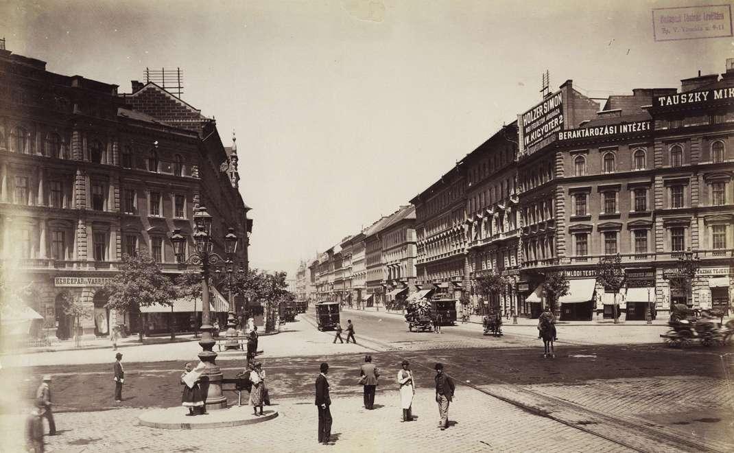 A Fortepanon az első fotó az Oktogonról 1900-as. Az épületek tetején már most ott vannak a reklámok. Teljesen logikus, hogy a mesterek, kereskedők itt akartak hirdetni. (Fotó: Fortepan, Budapest Főváros Levéltár)