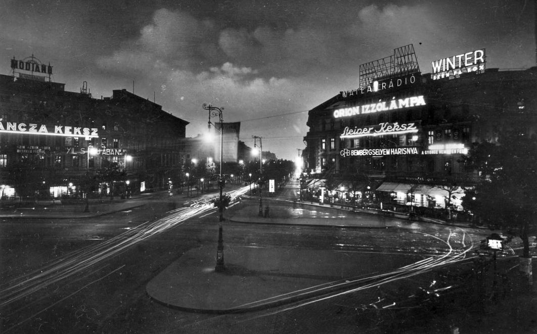 Az egyik kedvenc régi fotóm az Oktogonról, talán ez az egyik leghíresebb is. Fényes, ragyogó, nagyvárosi. 1930-ban készült a fotó. A fényreklámok jól olvashatók. (Fotó: Fortepan, Pesti Bruno)