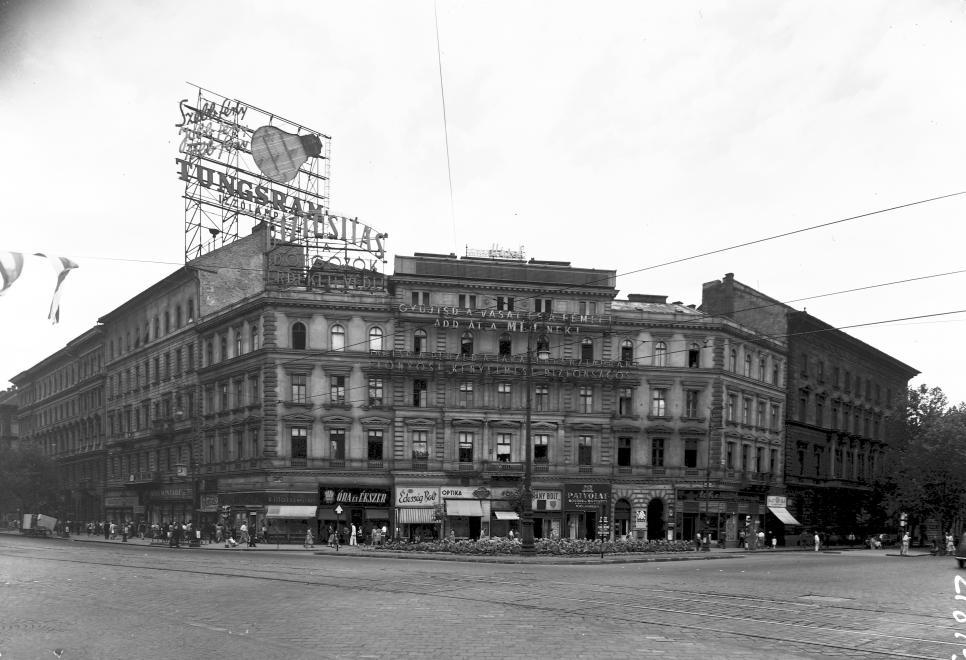 1954. A Tungsram reklámja még nappali fényben is jól látszik... (Fotó: Fortepan, uvaterv)