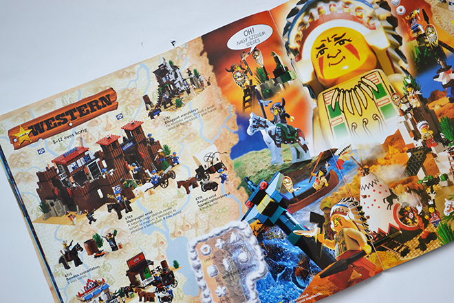 Nyugati erőd, Főutca, Elhagyatott aranybánya, Bandita szabadlábon, Indiánfalu és A nagyfőnök sátra. A 6709-es dobozban pedig az indiánnagyfőnök volt. - Lego katalógus/Fotó: Myreille