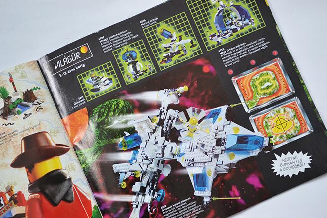 A szuper kutató központ (6982) Piros és kék lencsékkel, mágnesekkel, dísz fémcímkékkel, szatellitekkel, speciális járművel különleges munkálatok elvégzésére, a szárnyak alatt elrejtett ellenőrző központtal és sok-sok más izgalmas felszereléssel. - Lego katalógus 1997/Fotó: Myreille