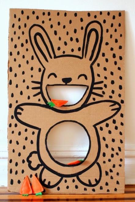 Fotó és ötlet: pinkstripeysocks.com Játék és dekoráció egyben. Ha van otthon egy nagy kartonod, máris elkészítheted, utána már csak néhány répa-babzsákot kell elkészíteni, de ha minden kötél szakad, ezt a nyuszit szivacslabdával is lehet etetni.
