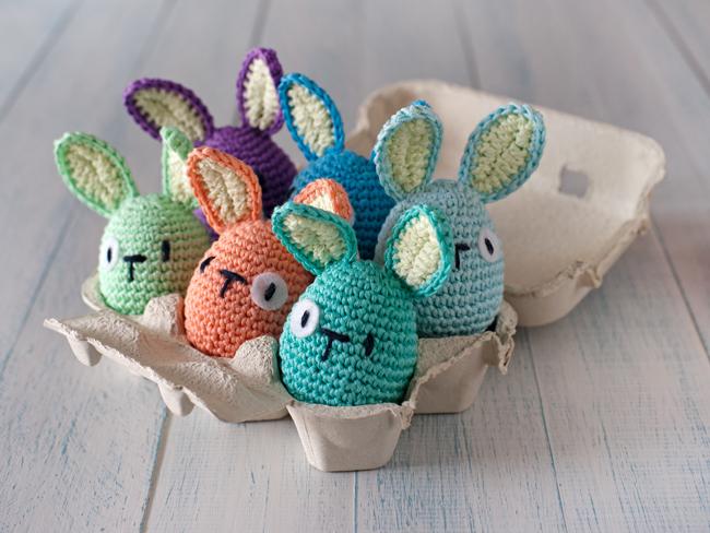 Fotó és ötlet: lanukas.com /És persze minden húsvéti dekoráció non plus ultrája a horgolt tojásnyúl.
