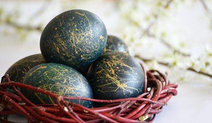 Lilakáposztával festett húsvéti, kék tojás