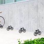 Acél kerékpárokba sorakoztatott bringák