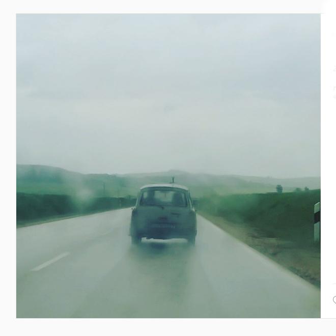Annyira nem bántam az esőt, mert a magyar utakon némi időutazásban is részem volt: Trabant haladt előttünk. Esőben. Lámpa nélkül. És elkészült életem egyik legjobb fotója./Fotó: Myreille