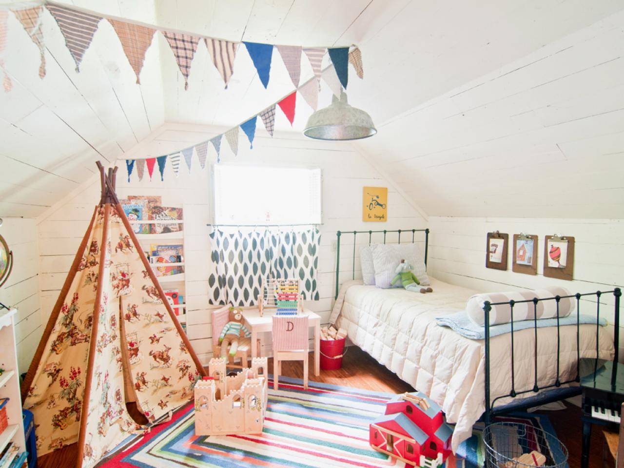 Ez is egy klassz szoba - Design by Holly Mathis, fotó: hgtv.com -, de hol vannak az apró játékok, amik mindig elborítják a szőnyeget?
