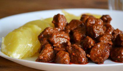 Pikáns, ázsiai pulykaragu krémes burgonyával