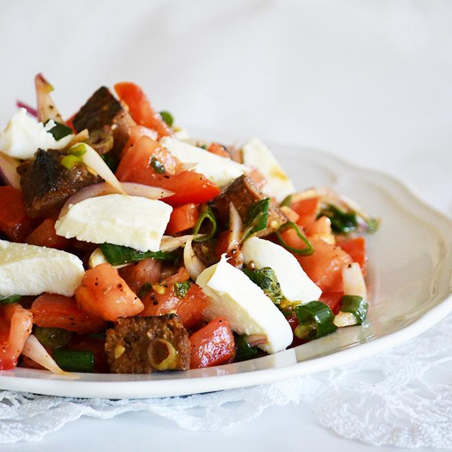 Panzanella, a toszkán kenyérsaláta recept/Fotó: Myreille