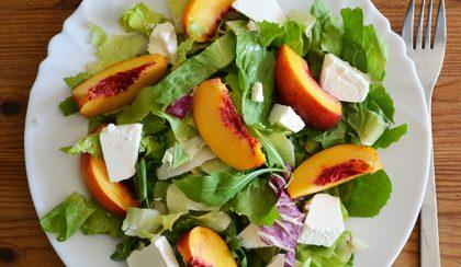 Nektarin saláta rukkolával és krémfehér sajttal
