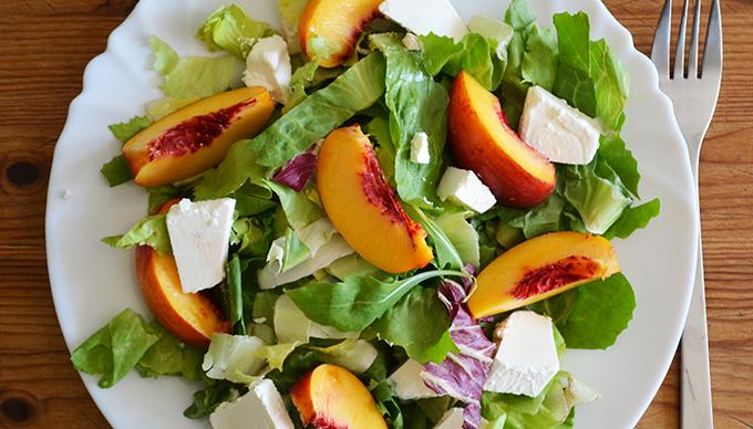 Nektarin saláta rukkolával és krémfehér sajttal/Fotó: Myreille