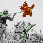 Fegyverek és helyett virágok a háborús képeken