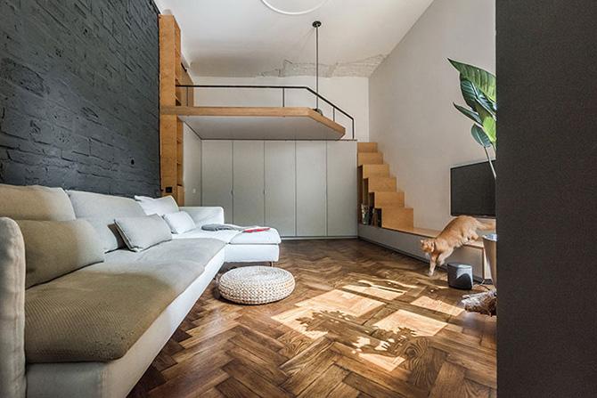 A tégláig visszabontott fal és a minimalista stílus jól kiegészíti egymást. A lakásban és így a nappaliban se használtak sok színt, az egyszerűségre és eleganciára törekedtek.