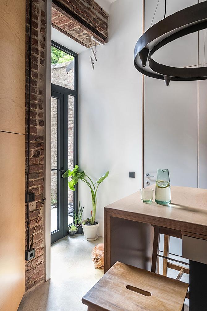 Az bejárat üvegajtaja fénnyel árasztja el a konyhát.