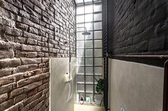 Az üvegtéglafal vagánnyá teszi a zuhanyzót és az esti zuhanyzást...