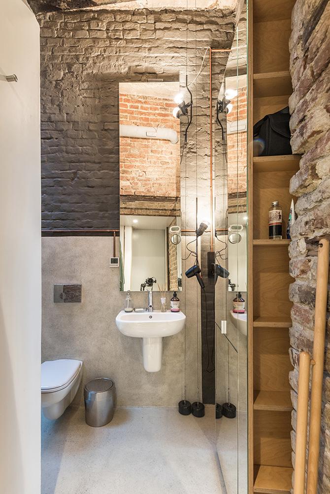 Csak a fal árulkodik arról, hogy ez a modern fürdő nem egy új lakásban van.