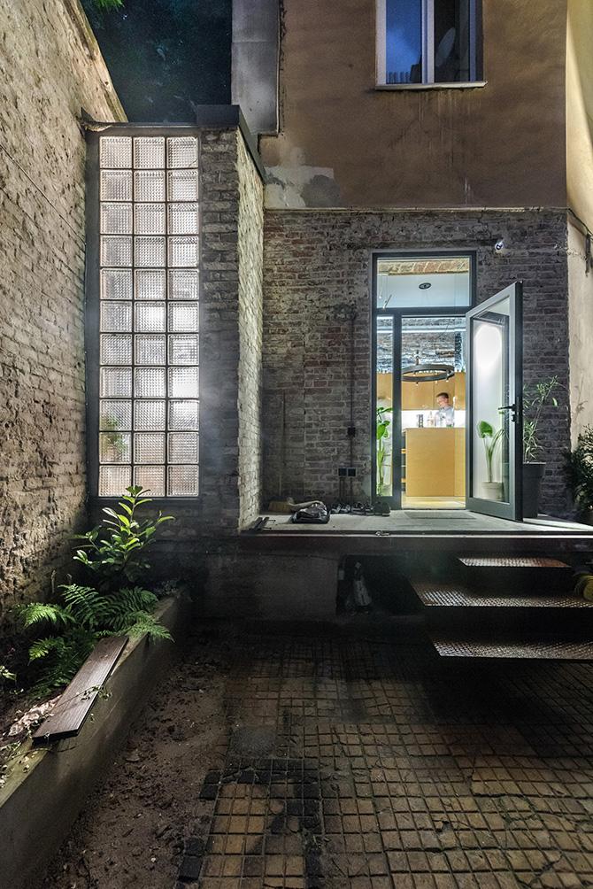 Kívülről csak sejteni lehet, hogy belül milyen modern otthon bújik meg a falak mögött.