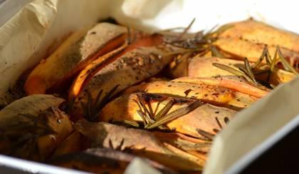 Rozmaringos-chilis édesburgonya a sütőben sütve