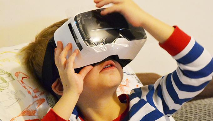 Dani első találkozása a VR szemüveggel/Fotó: Myreille