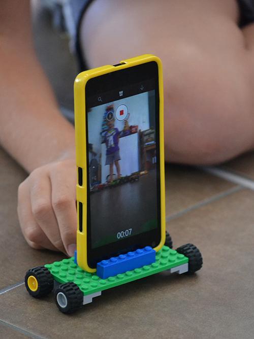 Legóból épített telefonállvány a videóhoz, ahol a nagyobbik a videós, a kisebbik pedig elmondja, hogy éppen mit játszik/Fotó: Myreille