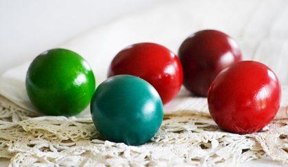 Húsvéti piros tojás: tojásfestés ételfestékkel