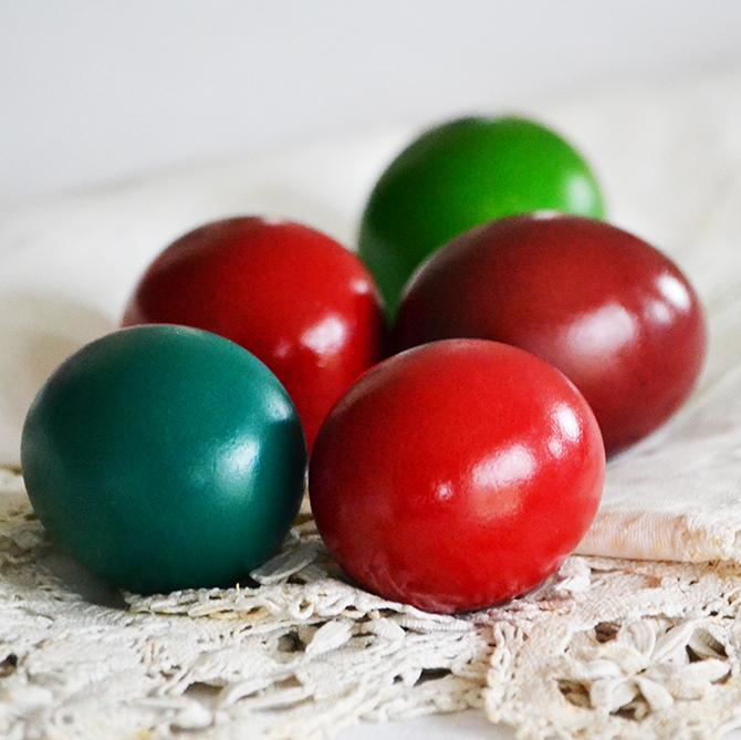 A piros húsvéti tojás málna piros ételfestékkel, a kék zöld és sárga ételfesték összekeverésével, a bordó pedig piros és kék ételfesték összekeverésével készült./Fotó: Myreille