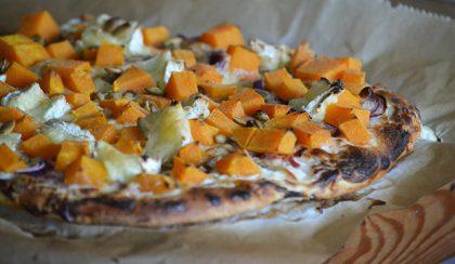 Sütőtökös pizza: tejfölös-hagymás alap, sütőtök és persze sok sajt