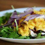 Gyors ebéd: chilis rántotta ruccolával, lilahagymával és feta sajttal