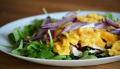 Gyors ebéd: chilis rántotta rucolával, lilahagymával és feta sajttal