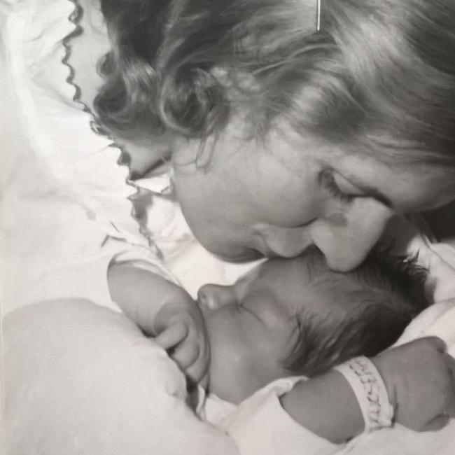 Ez a kép a születésem után pár nappal készült a kórházban. Kevés közös képeink egyike. (A kép tulajdonosa: Myreille)